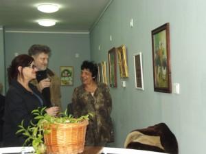 Szigeti Szabó János a képeit mutatja az érdeklődőknek