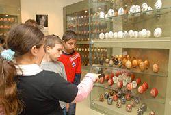 Látogató gyerekek a Míves Tojás Múzeumban, Zengővárkonyban