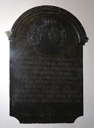 Krautzak János György síreméke a templom falán