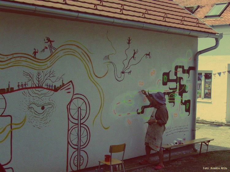 Nagyharsány, Iskolaudvar: Wahorn András alkotómunka közben