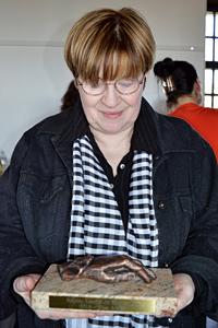 Kiss Anikó meghatottan, kezében a Jó Ember Díjjal  (Fotó: Márkus István)