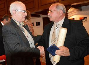 A szerző gratulál Dr. Dezső Istvánnak Magyar Olimpiai Akadémiai kitüntetéséhez Szarvason 2014 áprilisában