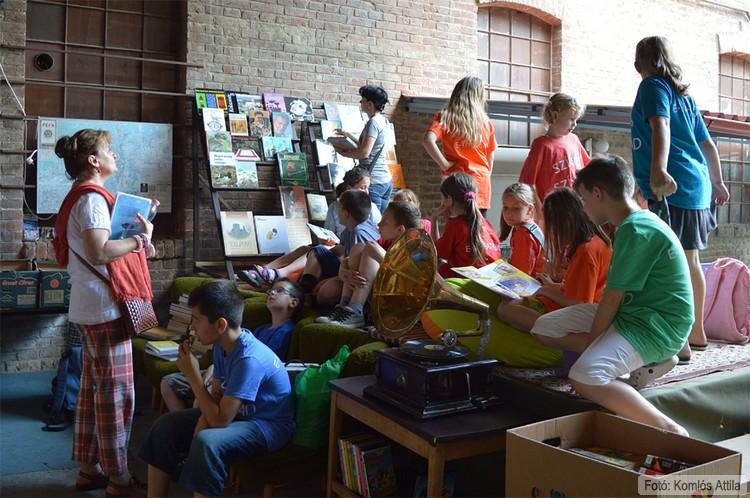 A Színes Színpad tagjai a Retro könyvvásár helyszínén próbálnak