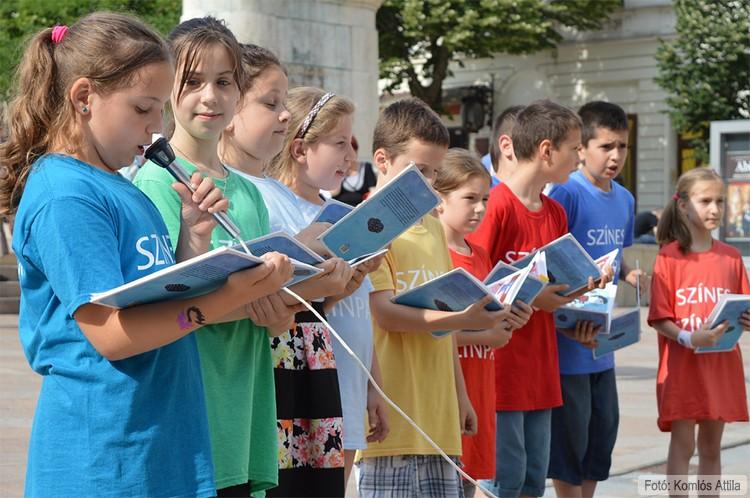 A Színes Színpad tagjainak műsora a Széchenyi téren