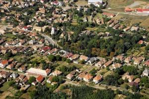 Mátraderecske - a légifelvétel jobb felső részén látható a mofetta épülete