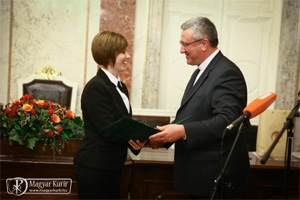 H. Pezenhófer Brigitta átveszi a díjat Veres András püspöktől