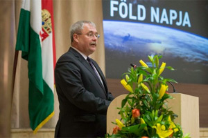 Dr. Fazekas Sándor beszédét mondja