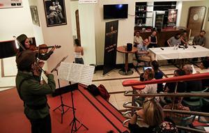 Minikoncert a budapesti sajtótájékoztatón