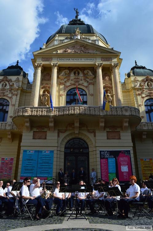 Megnyitó a Színház téren