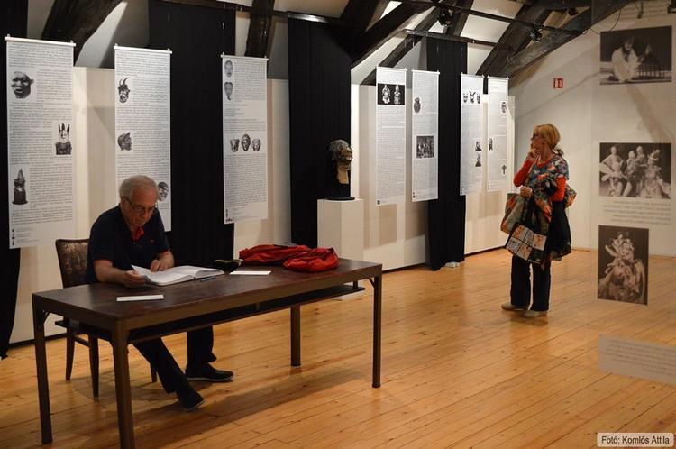 Piros Ildikó és Huszti Péter megtekintik az Arc/Álarc című Kiállítást a Művészetek Házában (június 13.)