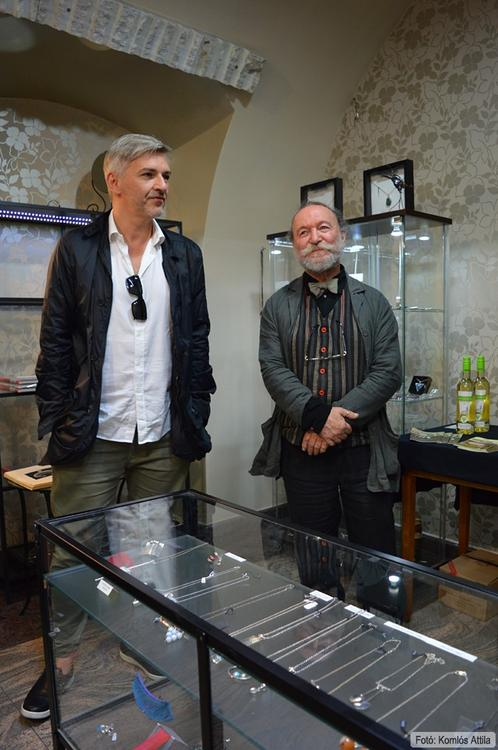 Péter Vladimir (Wladis) ékszerei az Ezüstláz Ékszergalériában. A kiállítást megnyitotta: Alföldi Róbert. (június 13.)