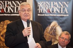 Várszegi Asztrik pannonhalmi főapát-püspök (mikrofonnal), és dr. Puskás Tivadar Szombathely polgármestere